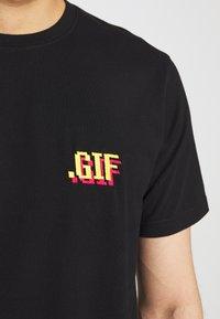 Bricktown - SMALL - Print T-shirt - black - 5