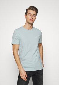 Abercrombie & Fitch - SEASONAL CREW  3 PACK - Camiseta básica - navy/blue/pink - 4