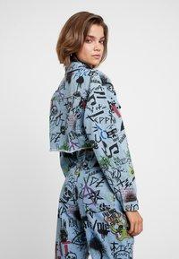 Jaded London - GRAFFITI PRINT CROPPED JACKET - Denim jacket - blue denim - 2