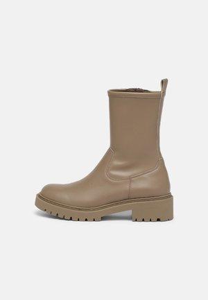 GUIDO - Kotníkové boty na platformě - taupe