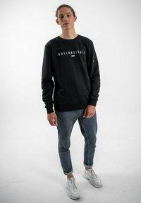 PLUSVIERNEUN - BERLIN - Sweatshirt - black - 1