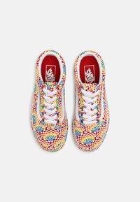 Vans - OLD SKOOL PLATFORM - Sneakers basse - pride multi/true white - 4