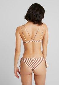 Roxy - SISTERS MOD TRI BRA HAILEY BIEBER - Bikiniöverdel - marshmallow/golden tan - 2
