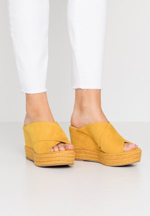 Pantofle na podpatku - old yellow