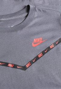 Nike Sportswear - CHEVRON - Print T-shirt - dark grey - 3