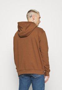 Karl Kani - UNISEX SMALL SIGNATURE HOODY - Felpa - brown - 2