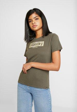 PREMIUM BRAND ENTRY TEE - Camiseta estampada - washed khaki