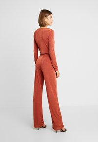 Missguided - TWIST BRALET AND TRIM BELTED WIDE LEG TROUSERS SET - Pantalon classique - orange - 2