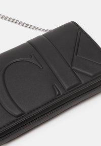 Calvin Klein Jeans - PHONE CROSSBODY - Sac bandoulière - black - 3