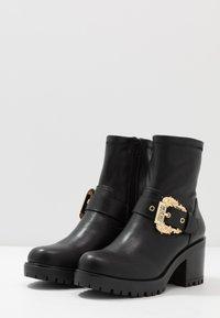 Versace Jeans Couture - Stivaletti con plateau - nero - 4