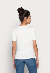 Moss Copenhagen - GRITH TOP - Print T-shirt - egret - 2