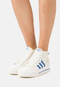 adidas Originals - NIZZA PLATFORM MID  - Sneakers hoog - offwhite/blue/chalk solid grey - 0