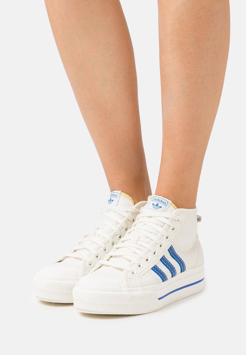 adidas Originals - NIZZA PLATFORM MID  - Sneakers hoog - offwhite/blue/chalk solid grey