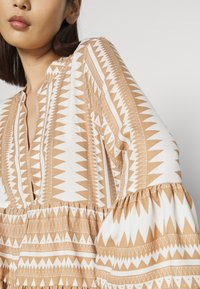 ONLY - ONLNAYA ATHENA DRESS - Denní šaty - indian tan/white - 5