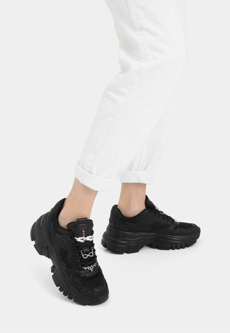 Bershka - SNEAKER MIT MEHREREN ELEMENTEN - Sneakers basse - black