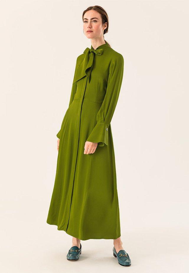 MIT BINDESCHLEIFE - Robe longue - irish green