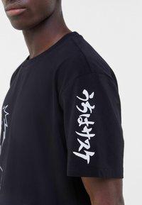 Bershka - NARUTO - T-shirt z nadrukiem - black - 3
