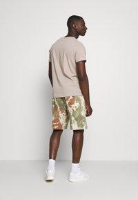 Nike Sportswear - Shorts - medium olive/medium olive/(white) - 2