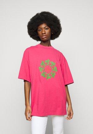 BOYFRIEND TEE - Print T-shirt - faded dark pink
