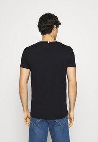 Tommy Hilfiger - NEW LOGO TEE - T-shirt med print - desert sky - 2