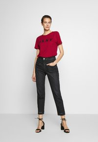 DKNY - FOUNDATION LOGO TEE - Print T-shirt - red/black - 1