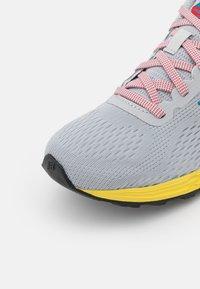 New Balance - ARISHI LACES UNISEX - Neutrální běžecké boty - grey - 5