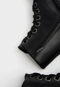 Bershka - PLATEAUSTIEFELETTEN AUS LEDER - Kotníková obuv - black - 6