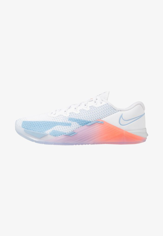 METCON 5 PRM - Sports shoes - white/psychic blue/hyper crimson/pink/pale ivory