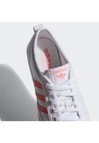 adidas Originals - NIZZA PLATFORM - Baskets basses - ftwwht/sigpnk/ftwwht - 9