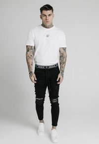 SIKSILK - ELASTICATED WAIST DISTRESSED - Vaqueros pitillo - black - 1