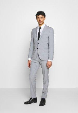 Suit - light/pastel blue