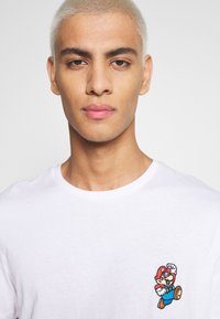 Jack & Jones - JCOSUPER MARIO CHEST TEE - Print T-shirt - white - 5