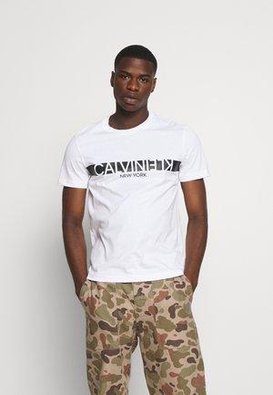 REVERSED CHEST - T-shirt med print - bright white