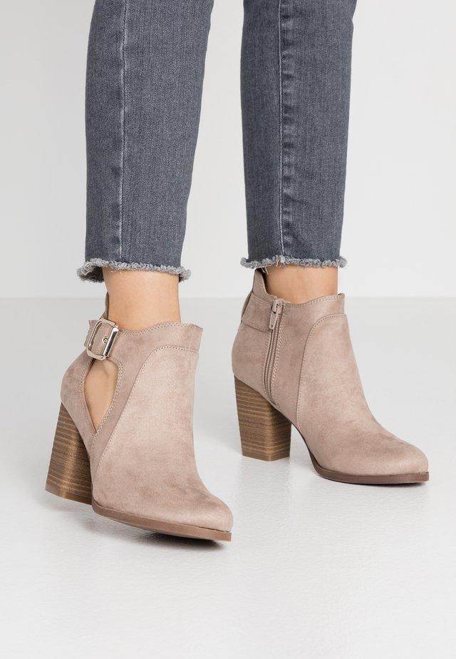 DELILAH - Kotníková obuv - medium grey