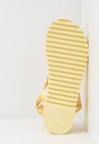 Tommy Jeans - DEGRADE TAPE FLATFORM - Sandalias con plataforma - lemon - 6