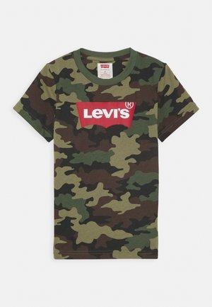BATWING TEE - T-shirt z nadrukiem - cypress