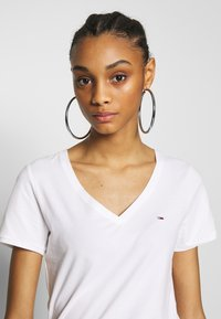 Tommy Jeans - SHORTSLEEVE STRETCH TEE - Basic T-shirt - white - 3