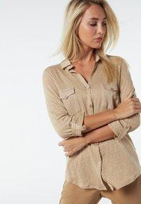 Intimissimi - LEINENSHIRT MIT 3/4-ARM MIT RIEGELN - Button-down blouse - hautfarben - 375i - natural beige - 2