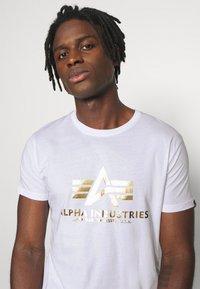 Alpha Industries - BASIC PRINT - Print T-shirt - white/yellow gold - 4