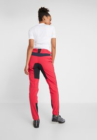 Vaude - WOMENS QIMSA PANTS II - Pantalons outdoor - cranberry - 2