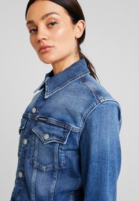 Calvin Klein Jeans - CROPPED FOUNDATION TRUCKER - Jeansjacke - iconic mid stone - 3