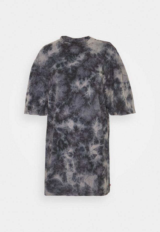 BOYFRIEND TEE - T-shirts med print - black acid