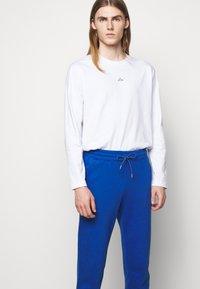 Holzweiler - HANGER TROUSERS - Pantaloni sportivi - blue - 6