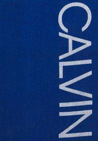 Calvin Klein Swimwear - CORE SOLIDS A TOWEL - Badmantel - bobby blue - 1