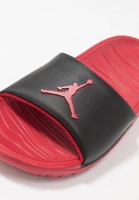 Jordan - BREAK SLIDE - Sandály do bazénu - black/gym red - 2