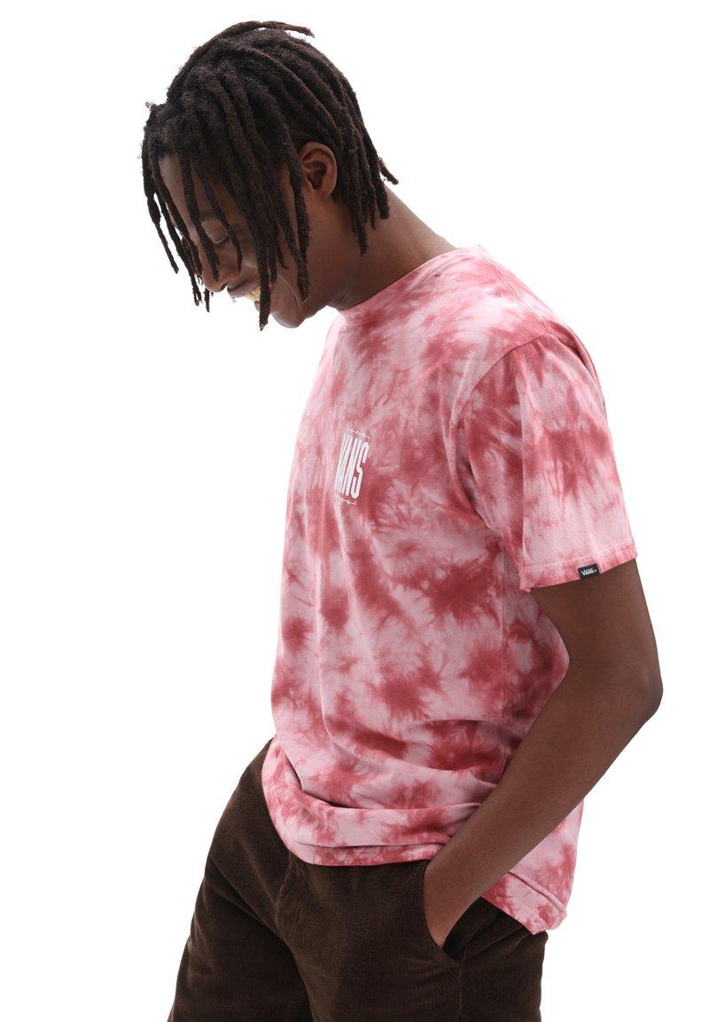 Vans - MN TALL TYPE SS - Print T-shirt - pomegranate/tie dye