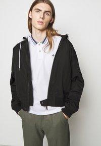 Vivienne Westwood - CLASSIC STRIPE COLLAR - Polo - white - 4