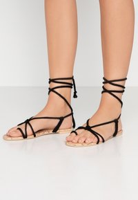 Public Desire - MOJITO - Sandály s odděleným palcem - black - 0