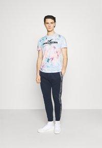 Hollister Co. - Print T-shirt - multicolo/blue - 1