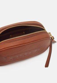 Coach - BADGE CAMERA CROSSBODY - Across body bag - saddle - 3